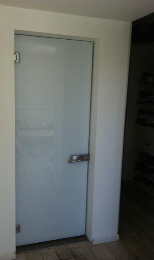 ברצינות דלת זכוכית בגוון לבן | אגם עיצובים AM-34