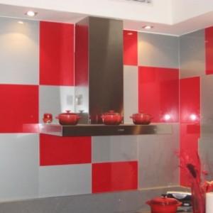 חיפוי קיר זכוכית אדום למטבח