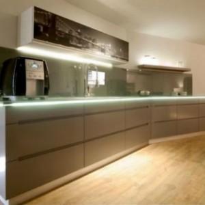 חיפוי קיר זכוכית למטבח בגוון אפור