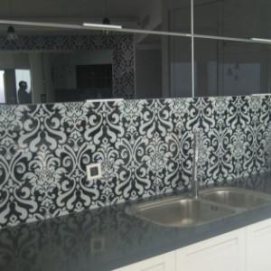 חיפוי קיר זכוכית למטבח בהתזת חול