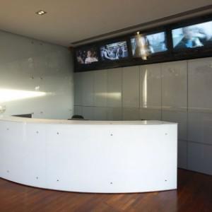 חיפוי קיר זכוכית למשרד