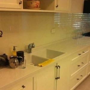 חיפוי קיר מזכוכית בצבע שמנת למטבח