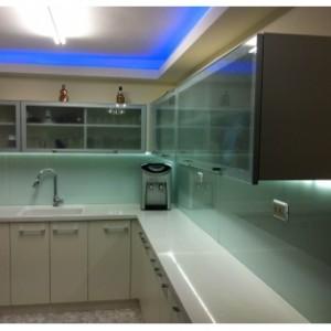 חיפוי קיר מזכוכית למטבח בצבע שקוף