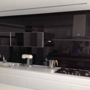 חיפוי קיר מזכוכית שחורה למטבח