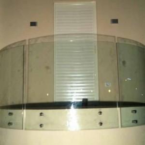 מעקה זכוכית מעוגל למרפסת