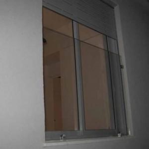 מעקה חוץ לחלון בודד