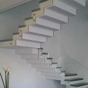 מעקה מדרגות מזכוכית בכרסום CNC
