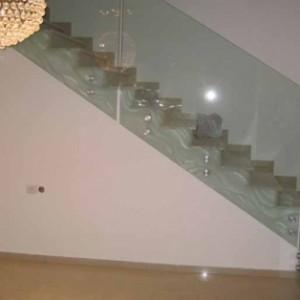 מעקה מדרגות מזכוכית כולל התזת חול
