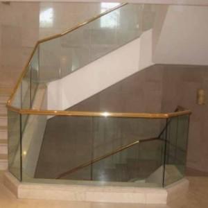מעקה מדרגות מזכוכית כולל מאחז יד מוזהב