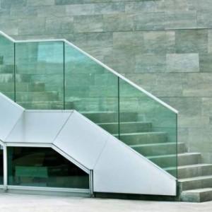 מעקה מדרגות מזכוכית 12 ממ זכוכית ירוקה מחוסמת