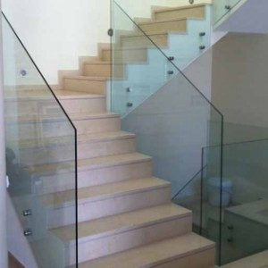 מעקה מדרגות מרחף מזכוכית 12 ממ
